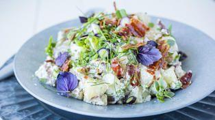 Potetsalat med aioli, vårløk og bacon