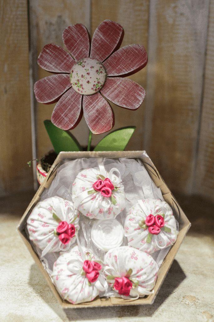 Garanta um aromafrescoem suas gavetas... para roupas sempre perfumadas. Sachês forrados em tecido. Cores variadas.
