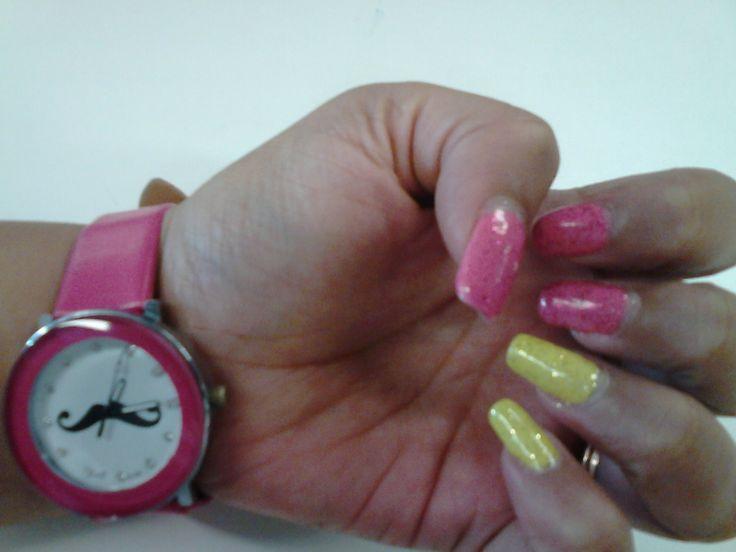Nail art amarillo y fuxia.