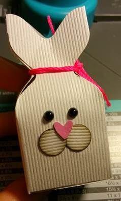 Coucou!! Pâques c'est ce week-end et vous cherchez toujours une idée pour faire des petites boîtes pour décorer votre table et offrir à vos invités? J'ai une solution pour vous!! Liste du matériel pour 6 boîtes : - Un massicot avec plioir (ou une règle...