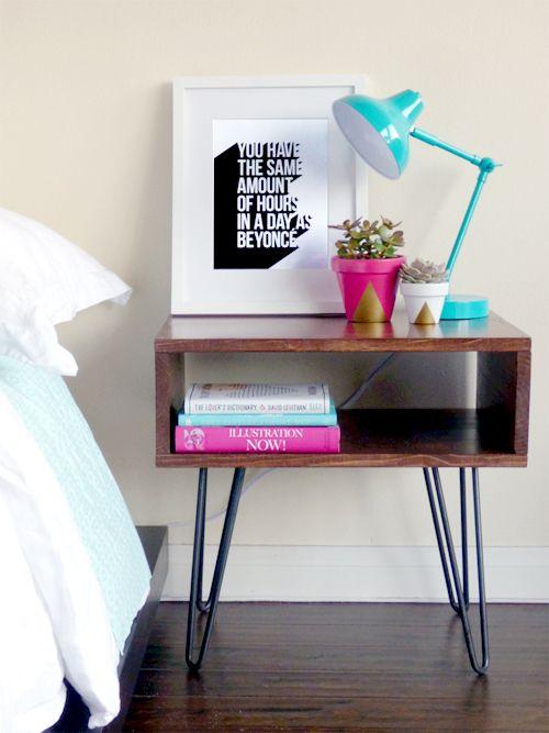 Cores claras na cama e na parede, e em cima do criado mudo cores fortes!