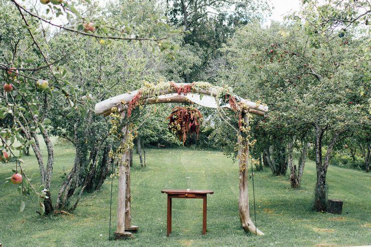 Fall wedding ceremony arch | Image by Vafa Photography