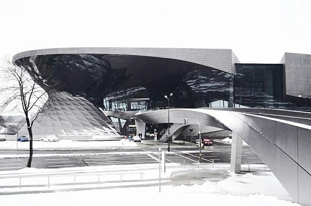 BMW Welt in Minuch is such a beautiful building. The snow made it even more magical. . . . #snow #snowwhite #Whiteaddict #white #gray #bmw #bmwwelt #munich #travel #traveleratheart #travelwhite #travelblog ##wanderlust #architecture #archlovers #modernarchitecture #nvshootsarchitecture