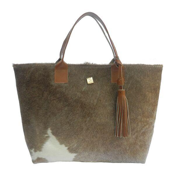 Los bolsos Fur (pelo) son una pieza clave en las pasarelas para la temporada otoño-invierno 2015. Carolina Crowley nos presenta una propuesta única, elaborada a mano por artesanos mexicanos. Este bolso es un Must para toda fashionista.