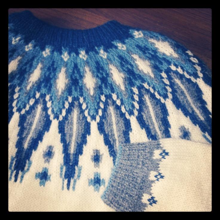 Eskimogenser med rundt bærestykke, strikket i Jade. 2012-kolleksjonen