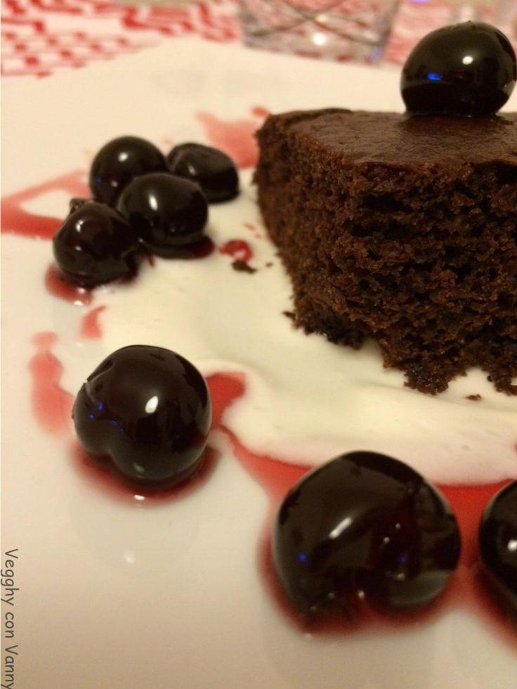 Torta cioccolato e amarene sciroppate su crema di cocco