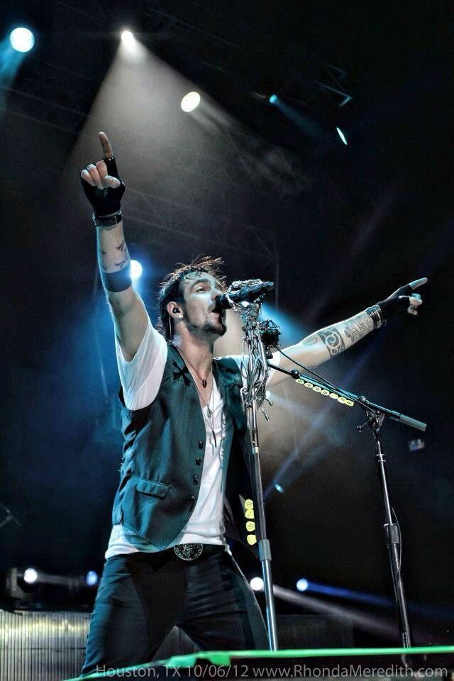 Adam Gontier. I totally love him.