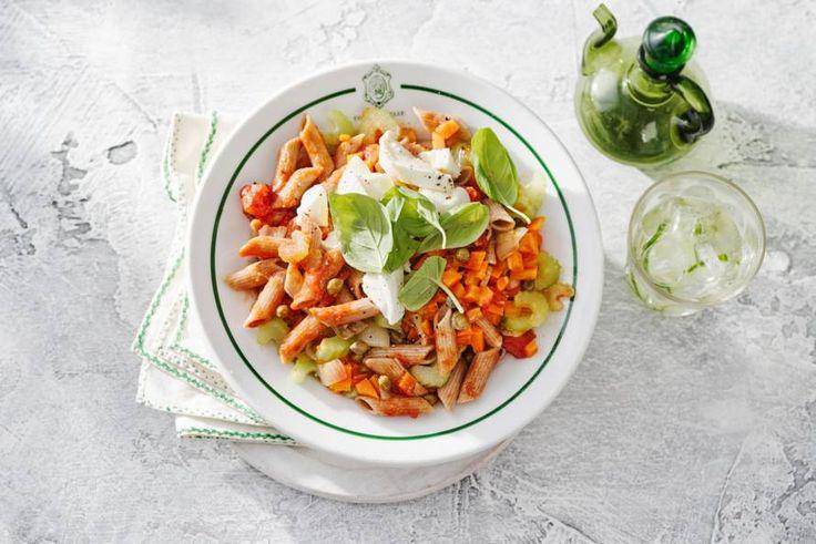Kijk wat een lekker recept ik heb gevonden op Allerhande! Speltpenne met tomatensaus, mozzarella en kappertjes