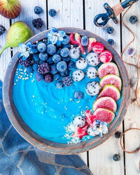 This smoothie bowl: 3 frozen bananas; 2 tsp of bluemajik; 1/2 cup of almond milk or any plant based milk; 1/4 cup of coconut yogurt; 1 tsp of maca powder.