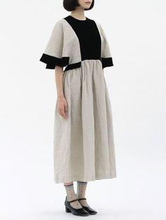 アンティークのワンピースが元になって作られたワンピース。映画『ぶどうのなみだ』で、主人公エリカのスタイリングを手がけた大森伃佑子さんが、エリカから想像を膨らませて制作したドレスです。