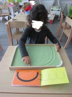 Tracer des graphismes et des lettres dans le sable ou le sel.
