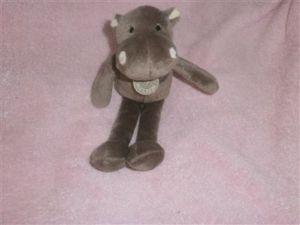 A la recherche de la peluche hippopotame marron bnp paribas roland garros offerte par bnp pour l\'ouverture d\'un compte pour enfant. si quelqu\'un l\'a et peut s\'en séparer, merci de me contacter. (échange contre autre peluche neuve si vous le souhaitez) mille mercis. SOS Doudou - Recherche