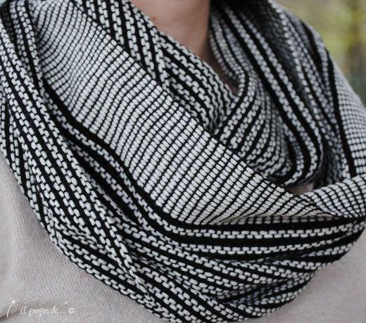 Handwoven black and white infinity scarf handmade by Atelier Faggi Italy #weaving #handweaving #weaving-techniques #weaving-patterns #atelierfaggi