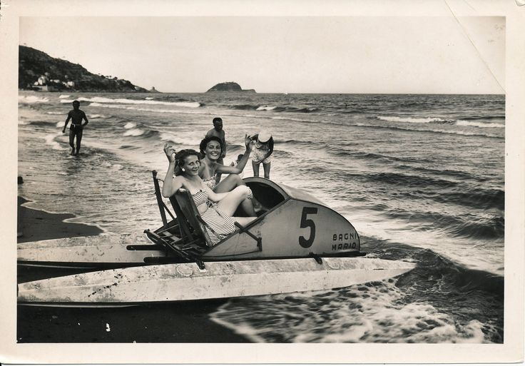 Amiche in spiaggia. (Photo: Gramantieri, 1940-1950) #moda #vintage #retro #Alassio #Riviera #Liguria #viaggi #vacanza #holiday #journey #anniQuaranta  #anniCinquanta #the1940s #the1950s