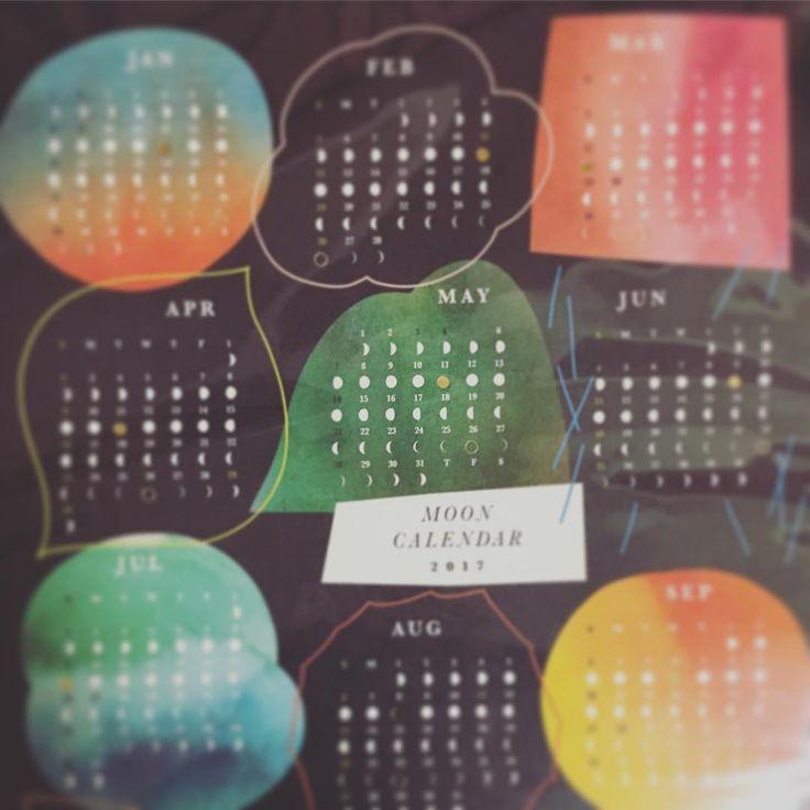 コスメキッチンのノベルティ Moon calender!!3年目にしてやっと!やっとgetできた❤️嬉しいっっっ!! 2017年の月の満ち欠けのカレンダーなのです❤️ ちょーhappyな気分だわ❤️ #mooncalendar #月の満ち欠けカレンダー #cosmekitchen #ノベルティ #コスメキッチン #満月2017 #新月2017