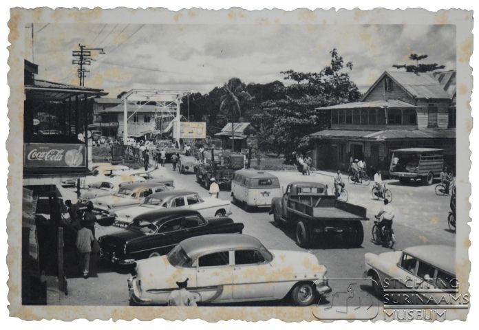 Foto van de ophaalbrug bij Poelepantje en de Koningstraat.  Datum: 1966 Locatie: Paramaribo, Suriname Vervaardiger: Inv. Nr.:  27-472 Fotoarchief Stichting Surinaams Museum