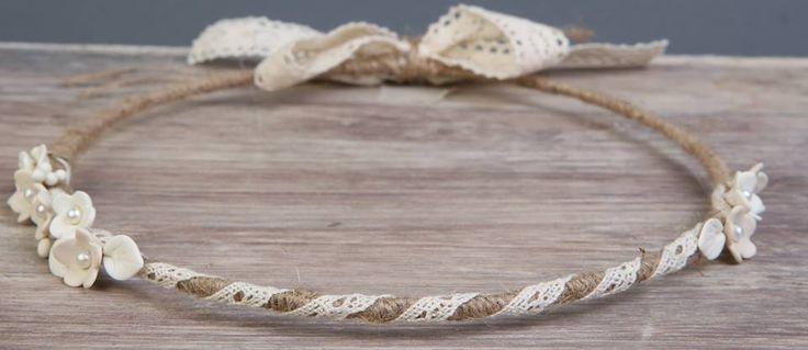 Χειροποίητα μοναδικά ρομαντικά στέφανα γάμου σε vintage ύφος από λευκή δαντέλα, λινάτσα και πορσελάνινα λουλουδάκια. Τα στέφανα αντιπροσωπεύουν την ένωση δύο ανθρώπων. Είναι οι κρίκοι που ενώνουν την αλυσίδα της ζωής τους. Όλα τα στέφανα είναι δεμένα με κορδέλες υψηλής ποιότητας και συνοδεύονται με πολυτελές κουτί και δύο καρφίτσες πέτου (γαμπρού και κουμπάρου)