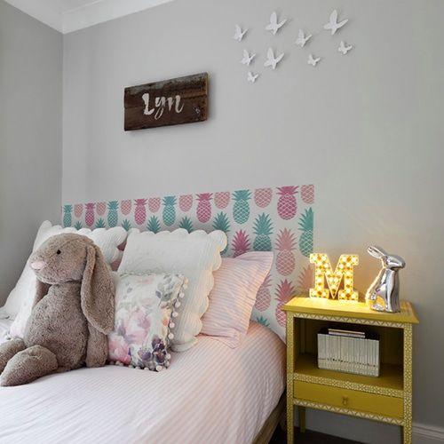 table de chevet jaune chambre d 39 enfant d co girly avec la. Black Bedroom Furniture Sets. Home Design Ideas