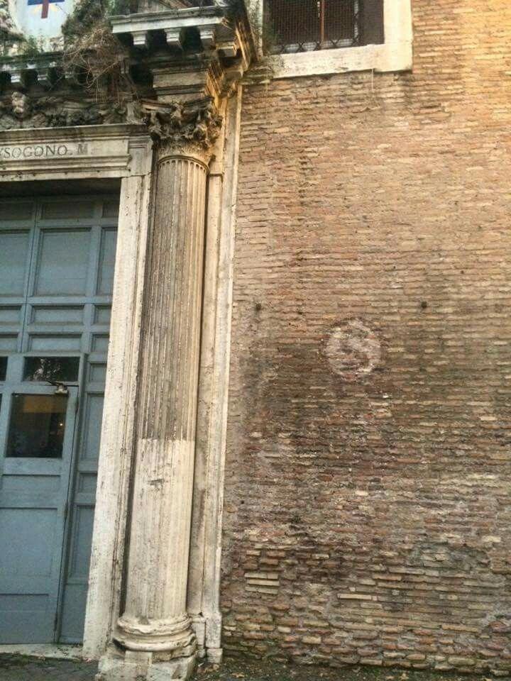 """La """"S"""" accanto al portone indicava che qui sotto c'era uno """"Shelter"""" ovvero un rifugio antiaereo. Chiesa di San Crisogono a Trastevere . PS: il rifugio c'è ancora!!!"""