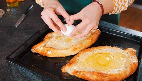 Хачапури по-аджарски является блюдом грузинской кухни и ...