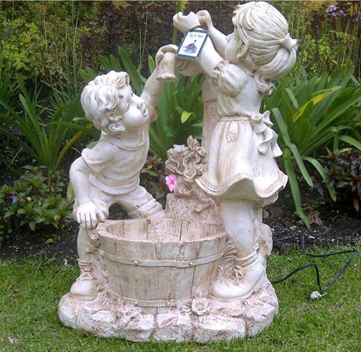 Una fuente original con una delicada estampa estatuas for Figuras para jardines