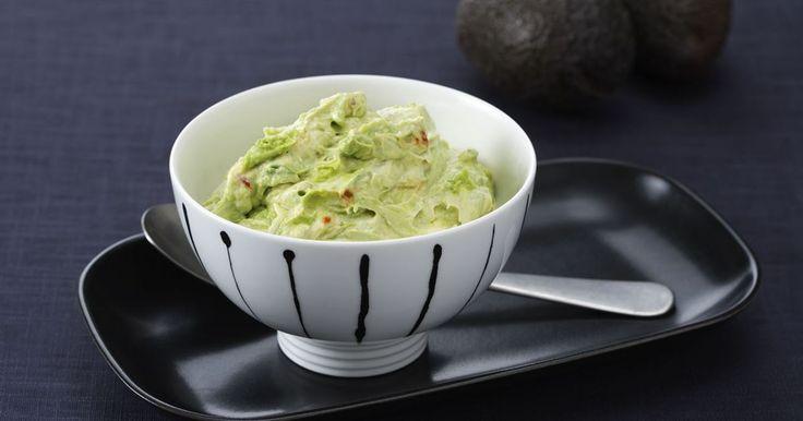 Avokado med milt syrlig smetana och smaksatt med vitlök och sambal oelek är perfekt som kall sås till kött eller kyckling.