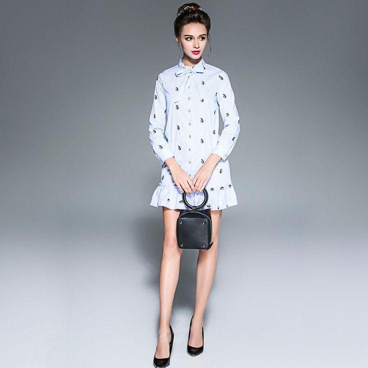 Vestido corto con puños de volado y moño en escote. Fabricado en poliéster, este vestido tiene un bordado de pequeños animales y botones en parte frontal.