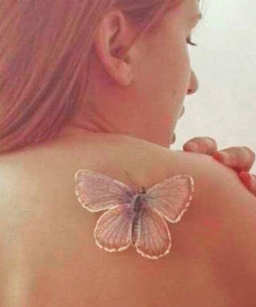 Ein weisses tattoo mus nicht immer pur bleiben, bei vielen Motiven wie beimSchmetterling wirkt etwas Farbe zauberhaft und surreal.