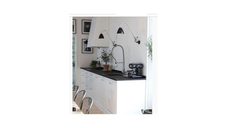 Hvidt køkken med Hvid emhætte og Best Lite lamper