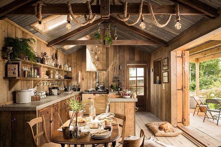 Cabaña de madera decorada con estilo rústico