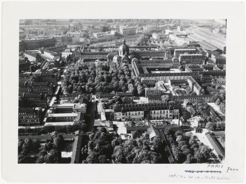 Vue aérienne de Paris : l'hôpital de la Pitié-Salpêtrière, 5ème et 13ème arrondissements, Paris.   Paris Musées