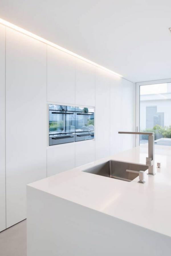 Kuche Weiss Weisse Kuche Weisse Arbeitsplatte Weisse Kuchenschranke Weisse Fronten Hochglanz Hochglanz Kuche Hi Macs M In 2020 House New Homes