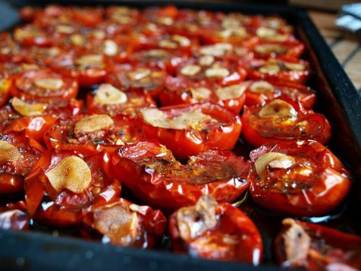 Troubu si předehřejeme na 150stC. Plech vymažeme olivovým olejem a poklademe rozpůlenými rajčaty řezem nahoru. Na každou polovinu rajčete...