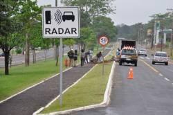 11/10/2012 - 09:14   Carro destrói radar e capota na Afonso Pena - Um veículo Audi com placas da cidade de Ubiratã (PR) destruiu um radar e capotou na madrugada de hoje (11), na Avenida Afonso Pena, em frente a Cidade do Natal, em Campo Grande.    Conforme a Polícia Militar de Trânsito, o motorista Ronaldo de Andrade Carvalho, 21 anos, disse que foi fechado por um veículo Ford Fiesta quando perdeu o controle da direção, saiu da pista e bateu no radar vindo a capotar no canteiro da avenida.