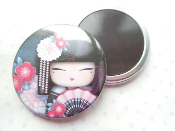 """Grand magnet 56 mm """"kokeshi"""" noir, rose, fleurs, asie, : Accessoires de maison par miss-coopecoll"""