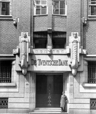 Ingang hoofdkantoor Twentsche Bank aan de Spuistraat in Amsterdam. Dit deel van…