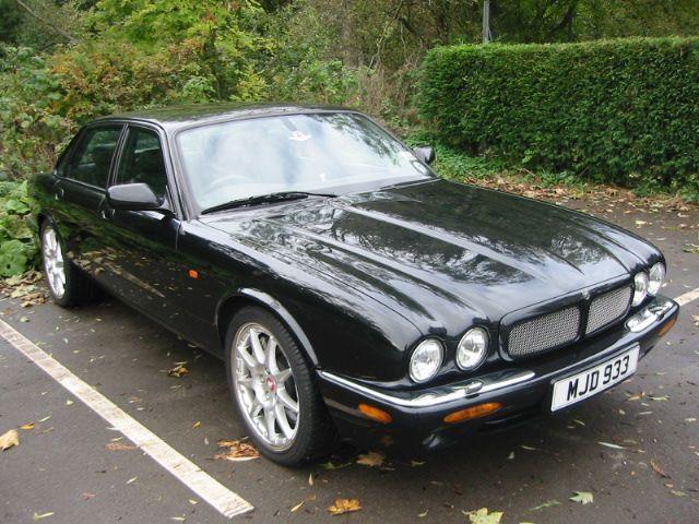 """""""Un Jaguar Negro, bajo estaba aparcado debajo......"""""""