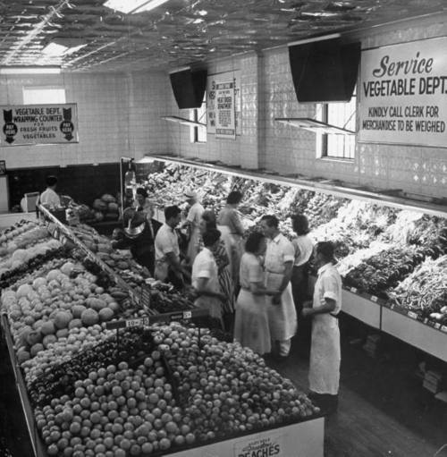 Shoppers in the produce department of a 1940s A grocery store. #vintage #supermarket #shopping