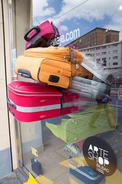 SA: curioso escaparate de una agencia de viajes
