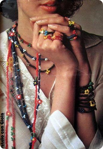 Tutorial Vintage: tante collane e anelli  di fiori di perline    http://www.4blog.info/school/2013/tutorial-vintage-tante-collane-e-anelli-di-fiori-di-perline/