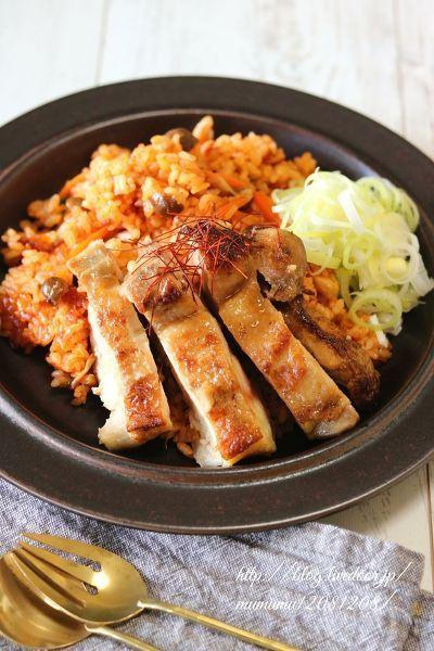 鶏肉を焼き付けてから丸ごと炊飯するので、とてもジューシーです。  ほんのり中華味で栄養満点の野菜ジュースで炊きました。