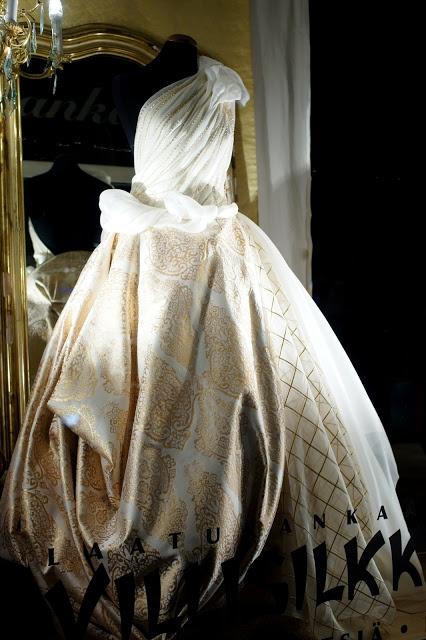 Silkkisifonkia ja luonnonvalko-kultaista silkkisekoitekangasta näyttävälle morsiamelle Villisilkistä