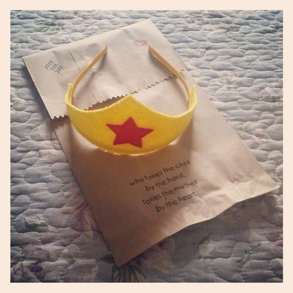 Tiara da Mulher Maravilha!  Coroa feita de feltro em tiara de metal 4mm revestida em gorgurão nacional.