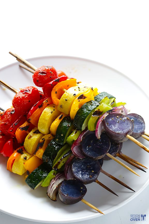 Brochette de légumes arc en ciel = tomates cerises + red bell pepper + poivron rouge, orange et jaune + zucchini + poivron vert + oignon rouge + pomme de terre violette.