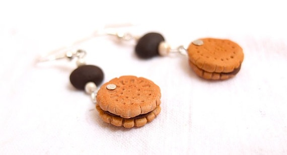 Delicious! These delicious biscuits filled with chocolate are great for the summer on an every day wear or for a tea party. Every one can wear them and anytime! Check out the Pastry charm bracelet, elastic coffee bracelet , the linked bracelet, or the passionate pink donut earrings.