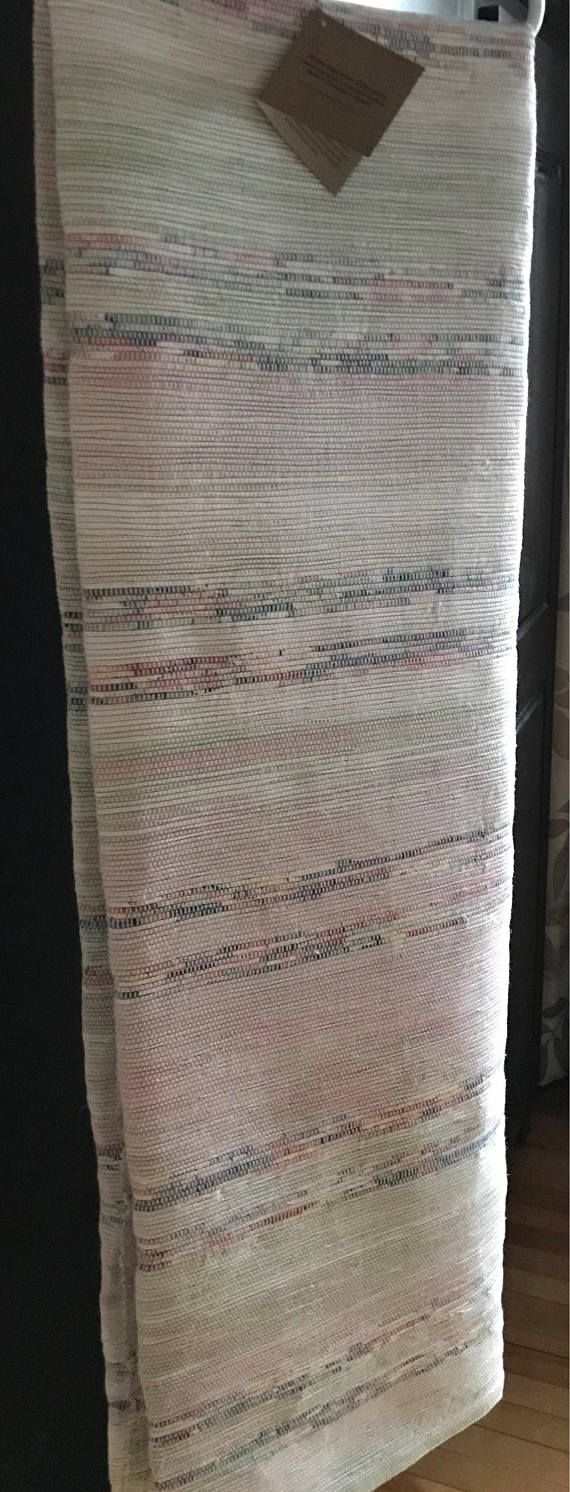Cette belle couverture tissée à la main nouvelle mesure 58 de large x 95 de long. Le fond de couleur doux fait à la crème, rose et vert sont rayé avec les versions riches plus sombres de la même couleur. Idéal pour un lit double ou un accent de jeter sur un lit ou un canapé plus