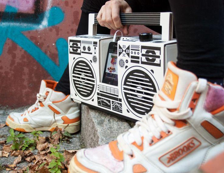 Berlin BoomBox Ghetto Blaster sur http://www.utileetfutile.fr/studio-axel-pfaendler/2078-berlin-boombox-white-4260325721073.html