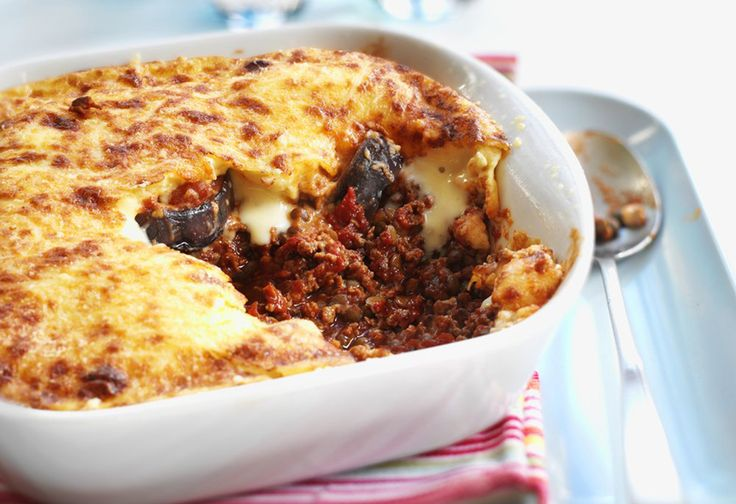 Cinnamon-spiced mince and vegetables, a layer of tender eggplant (aubergine), and a topping of creamy, rich white sauce. Sounds like a classic moussaka, right? And in many ways, this is, except this version is meat-free. Yay!