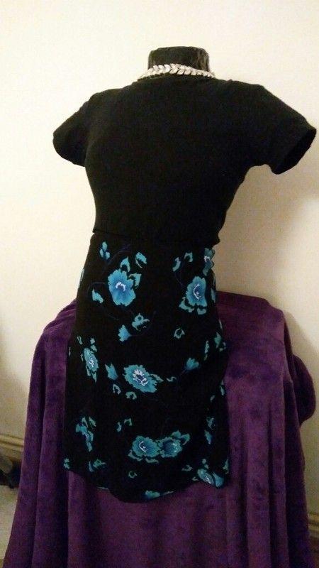 Černá sukně s modrými květy