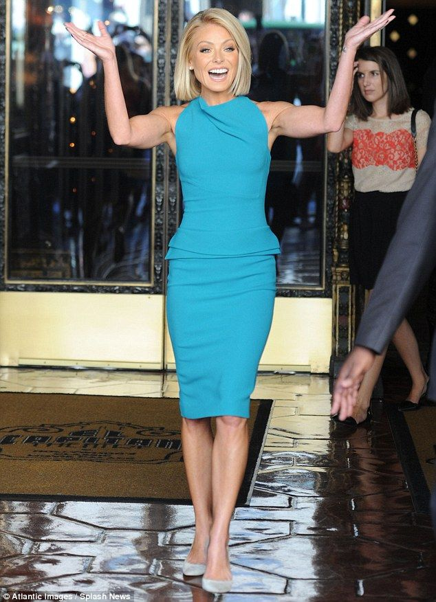 ♥♥♥Kelly Ripa♥♥♥ Petite star: The former All My Children actress wore a lovely teal dress which clung to he...